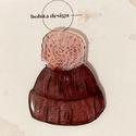 Bojtos sapka kitűző - piros, Kézzel rajzolt kötött mintás sapka kitűző pi...