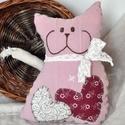 Zsákból macska , Baba-mama-gyerek, Játék, Gyerekszoba, Lenes vászonanyagból készült ez a rózsaszín, csupaszív macsek. Kézzel hímzett a pofácskája, flízzel ..., Meska