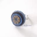 Filc gyűrű - kék-barna harmónia, Ékszer, óra, Gyűrű, Kék és barna árnyalatú gyapjúfilc körökből varrtam és hímeztem ezt a gyűrűt.  Alapja állítható méret..., Meska
