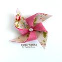 Szélforgó kitűző - rózsaszín virágos, Gyapjúfilcre applikált pamut anyag kombinációj...
