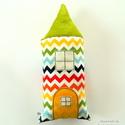 Szundi párna - cikcakkos szivárványos házikó figura - tarka, színes, Hosszúkás kispárna, amit jó megölelni, ráfek...