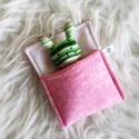 Pici nyuszi ágyikóban - rózsaszín-zöld, Aprócska figura egy piciny, puha tartóban, ami k...