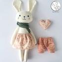 Makarón, az öltöztethető nyuszi lány, kabala szívvel, A nyuszi testét és ruháit pamut anyagból varrt...