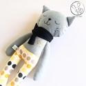 Alvó szürke cica, pöttyös nadrágban - textil figura, játék állat, puha baba, designer fejlesztő játék, A játékfigurát pamut anyagból varrtam saját t...