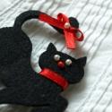 Szerencsehozó fekete macska, Ékszer, óra, Bross, kitűző, Ékszerkészítés, Filcből készült fekete macska piros szalaggal és gyöngyökkel kitűző alapra rögzítve., Meska