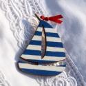 Kék-fehér vitorlás, Vitorlás hajó kék-fehér csíkos festéssel, pi...