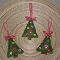 Karácsonyfadísz - Fenyőfa 1., Dekoráció, Ünnepi dekoráció, Karácsonyi, adventi apróságok, Karácsonyfadísz, Varrás, A karácsonyfákat filcből varrtam, 6 db különböző gombbal díszítettem, a tetejére kockás masnit varr..., Meska