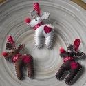 Rudolf a rénszarvas - piros (karácsonyfadísz ), Dekoráció, Ünnepi dekoráció, Karácsonyi, adventi apróságok, Karácsonyfadísz, Varrás, A rénszarvasokat filcből varrtam. Szeme fekete gyöngy, orra piros zsenília pom-pon. Nyakába szatén ..., Meska