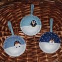 Pingvines gömb, Dekoráció, Ünnepi dekoráció, Karácsonyi, adventi apróságok, Karácsonyfadísz, Varrás, A gömböket filcből varrtam.  Gyöngyökkel és pingvines fa gombokkal díszítettem! Belsejét vatelinnel..., Meska