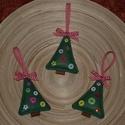 Karácsonyfadísz - Fenyőfa 2., Dekoráció, Ünnepi dekoráció, Karácsonyi, adventi apróságok, Karácsonyfadísz, Varrás, A karácsonyfákat filcből varrtam, 6 db különböző gombbal díszítettem, a tetejére kockás masnit varr..., Meska