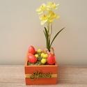 Húsvéti asztaldísz, Dekoráció, Ünnepi dekoráció, Húsvéti apróságok, Mindenmás, Egy 7,5 cm magas, 11x11 cm-es fa dobozba húsvéti dekorációt készítettem. Elültettem benne egy gyöny..., Meska