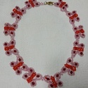 Pillangós nyaklánc, Ékszer, Nyaklánc, Ékszerkészítés, Gyöngyfűzés, gyöngyhímzés, Mérete (kapoccsal együtt): 40 cm Rózsaszín és piros gyöngyökből kásagyöngyökből és bordó Swarowski ..., Meska