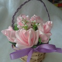 Mini virágkosár, Otthon, lakberendezés, Anyák napja, Asztaldísz, Különböző színű szalagokból varrtam a virágokat, amelyeket egy kosárba helyeztem és díszt..., Meska