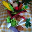Zöldségek, Játék, Konyhafelszerelés, Készségfejlesztő játék, Plüssállat, rongyjáték, Varrás, Filcből kézzel varrt zöldségek egy 15 x 15 cm-es filckosárban. Szerepjátékhoz kiváló eszköz. A kész..., Meska