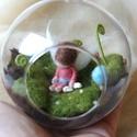 Tündérvilág - tűnemezelt aprócska tündér, mohaágyon, üveggömbben - függődísz, dekoráció, Dekoráció, Játék, Dísz, Baba, babaház, Felakasztható ( 8 cm) üveggömbben ( vagy 12cm-es akril gömbben) egy kis zöld, moha lepte világ..., Meska