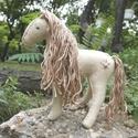 Nati - waldorf jellegű natúr színű lovacska , Baba-mama-gyerek, Játék, Dekoráció, Varrás, Hímzés, Nati, natúr színű waldorf jellegű lovacska. Szereti és óvja a természetet. Natúr fa golyót és virág..., Meska