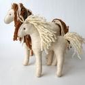 Karamell és csikója - waldorf ló és csikó gyapjúfilcból, Baba-mama-gyerek, Dekoráció, Játék, Natúr gyapjú filcből, nagy gondossággal, kézzel varrt waldorf játék.   A lovak testét puha, ..., Meska