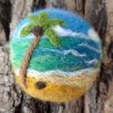 Trópusi part - merinói gyapjúból nemezelt kép, bross, kitűző, Dekoráció, Ékszer, Képzőművészet, Bross, kitűző, Ékszerkészítés, Nemezelés, Trópusi tengerparti idillt jelenít meg ez a pici kép. Az ég és a tenger kékjei, zöldjei sokfélék, m..., Meska