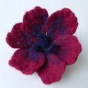 Pipacsos - nemezelt virág, kitűző, hajdísz, Ékszer, Ruha, divat, cipő, Bross, kitűző, Hajbavaló, Ékszerkészítés, Nemezelés, Puha merinói gyapjúból nemezeltem ezt a pipacspiros virágot. Piros, bordó, lila gyapjúk keveredésév..., Meska