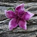 Pink virág - nemezelt virág, kitűző, Ékszer, Bross, kitűző, Puha merinói gyapjúból nemezeltem ezt az élénk színű virágot. Szirmai pink, magenta és róz..., Meska