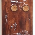 Fakorongos kerékpár - rétegelt lemezre festett karikatúra rajz, fakorong díszítéssel, Otthon & lakás, Képzőművészet, Festmény, Akril, Festett tárgyak, Festészet, 19x54 cm-es rétegelt lemezre festett akril karikatúra, súlya 400gr. A kép egy madzaggal akasztható ..., Meska