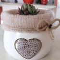 """""""Heart in White"""" - szivecskés  üveg kaspó, Otthon & lakás, Dekoráció, Dísz, Lakberendezés, Kaspó, virágtartó, váza, korsó, cserép, Asztaldísz, Festett tárgyak, Fehér színben pompázó, bélelt, kedves kis kaspó szív mintával. Akril festékkel festettem, majd dísz..., Meska"""