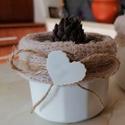"""""""White Heart"""" - kis üvegkaspó fehér szivecskével, Otthon & lakás, Dekoráció, Dísz, Lakberendezés, Asztaldísz, Kaspó, virágtartó, váza, korsó, cserép, Festett tárgyak, Újrahasznosított alapanyagból készült termékek, Fehér színben pompázó, bélelt kedves kis kaspó szivecske dísszel. Akril festékkel festettem, kibéle..., Meska"""