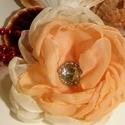 pezsgő rózsa , Ékszer, óra, Bross, kitűző, Barack színű selyem szirmokból készült ez a szépséges  rózsa.  Kapott egy gyönyörűen csillogó strass..., Meska
