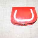 Piros-fehér bőr pénztárca, Magyar motívumokkal, Táska, Pénztárca, tok, tárca, Pénztárca, Szironyozott fedelű pénztárca, mely belül 2+ 1 rekesszel ellátott. Fedelén belül található a plusz e..., Meska