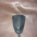 Fekete madár kulcstartó, Mindenmás, Kulcstartó, Marhabőrből készült a régi idők divatját idézve.  Alapanyaga fekete színű marhabőr. A szélén saját a..., Meska