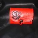Búzavirágos piros-fekete pénztárca, Táska, Magyar motívumokkal, Pénztárca, tok, tárca, Erszény, Piros színű báránybőrből  készült pénztárca. Fedelét rátétminta díszíti, melyet szűcsvarrással rögzí..., Meska