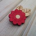 Piros virág fa bross, kitűző, Ékszer, óra, Bross, kitűző, Saját terv alapján készült, kézzel festett fa bross.  Anyaga: 3mm-es rétegelt nyár Mérete: 2,5*4 cm..., Meska