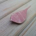 Romantikus rózsaszín vintage madár fa bross, kitűző, Ékszer, óra, Bross, kitűző, Saját terv alapján kézzel festett fa bross, kitűző.  Anyaga: 3mm-es rétegelt nyár Mérete:4*2,5 cm  M..., Meska