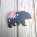 Virágos sötét szürke medve fa bross, kitűző, Ékszer, óra, Bross, kitűző, Saját terv alapján készült kézzel festett fa bross, kitűző.  Anyaga: 3mm-es rétegelt nyár Mérete: 3*..., Meska