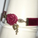 Vörös bársony, vörös rózsa - egyedi nyakpánt, Ékszer, Nyaklánc, A nyakpánt alapja egy-egy, 16mm széles, sárgaréz szerelékekkel ellátott (kb.12,5cm hosszú) bordó bár..., Meska