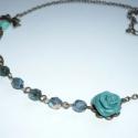Zöld rózsa szürkével - réz, zöld statement nyaklánc, Ékszer, Nyaklánc, Romantikus nyakláncot készítettem, érdekes színvilággal - zöld rózsával! :)  Egy 13mm-es réz medálal..., Meska