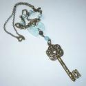 Réz kulcs kékkel - romantikus kulcsos nyaklánc, Ékszer, Nyaklánc, A medál egy 6cm-es szépen megmunkált (de egy oldalas), inda mintás sárgaréz kulcs, melyet  6mm-eskék..., Meska