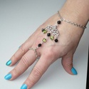 Ezüst, zöld, fekete karkötő-gyűrű (kézfejkarkötő), Ékszer, Karkötő, Gyűrű, Piramid alakú fekete és zöld gyöngyökkel készítettem ezt az ezüst karkötő-gyűrűt (kézfejkarkötőt).  ..., Meska