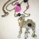 Aszimmetrikus réz vintage fényképezőgép nyaklánc rózsaszín, fekete gyöngyökkel, rózsával, Ékszer, Nyaklánc, Ismét egy retro-vintage nyakláncot varázsoltam sárgaráz fényképezőgép medállal és rózsaszín rózsával..., Meska