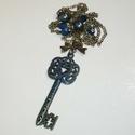Réz-kék kulcs - sötétkék kulcsos nyaklánc, Ékszer, Nyaklánc, A medál egy 6cm-es szépen megmunkált (de egy oldalas), inda mintás kék-réz kulcs, melyet masni alakú..., Meska