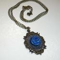 Kék rózsa - réz nyaklánc, Ékszer, Nyaklánc, Egy közepes méretű (2,8x4cm) medál-alapot díszítettem farmer anyaggal, melyre egy saját készítésű, e..., Meska