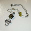 Ezüst sárkány zölddel - nyaklánc , Ékszer, Nyaklánc, Egy rövid ezüst színű láncot készítettem szerelőpálcákra fűzött 8mm-es oliva-zöld lapos, kerek üvegg..., Meska