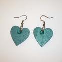 Pávakék - szív fülbevaló, Ékszer, Fülbevaló, 2,5cm-es fa szív medálokat festettem le színjátszó zöldes-pávakék akrilfestékkel, és egészítettem ki..., Meska