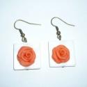 Narancs rózsák négyzetes kagylófoglalatban - füli, Ékszer, Fülbevaló, Saját kézzel, egyedileg formáztam 2db, kb. 1,5cm-es bágyadt narancs színű rózsát süthető gyurmából (..., Meska