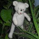 Jeges medve (polar bear ), Képzőművészet, Textil, Varrás, Nemezelés, Natúr merinó gyapjúból készült ez a kedves jegesmedve.mozgatható testrészekkel . 19 cm magas.,ha ké..., Meska