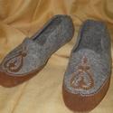 Nemezelt cipő39-es, Magyar motívumokkal, Férfiaknak, Ruha, divat, cipő, Hagyományőrző ajándékok, Bőrművesség, Nemezelés, Zsűrizett termék .Nagyon kényelmes a lábhoz simul,a vastagabb talp sarokerősítés tovább megőrzi a c..., Meska