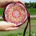 Mandala kistáska, Táska, Neszesszer, Kerek alakú piros színű mintás kistáska.  Méretei:  hossz: 20 cm szélesség: 26 cm pánthossz..., Meska