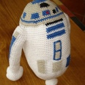 R2D2 plüssfigura, horgolt, Játék, Férfiaknak, Baba játék, Plüssállat, rongyjáték, Horgolás, Ez a kedves kis droid horgolással készült, pamutfonalból, és pamutvattával van kitömve.  Kb. 20 cm ..., Meska