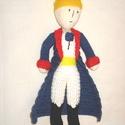 Kis herceg, Játék, Plüssállat, rongyjáték, Horgolás, Kis herceg plüss, horgolt, 25 cm magas. Pamutvattával kitömve.  Elkészítési idő 1,5 hét.  Köszönöm,..., Meska