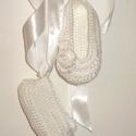 Horgolt szalagos babacipő, Esküvő, Ruha, divat, cipő, Cipő, papucs, Horgolás, Ez a pár babacipő horgolással készült, fehér szalaggal lehet a lábra rögzíteni, az alsó lábszárra f..., Meska